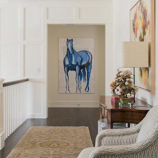 Пример оригинального дизайна: большой коридор в стиле современная классика с белыми стенами, темным паркетным полом и коричневым полом