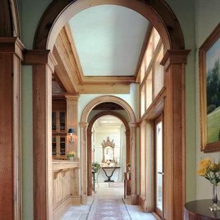Пример оригинального дизайна: коридор среднего размера в классическом стиле с зелеными стенами и полом из известняка