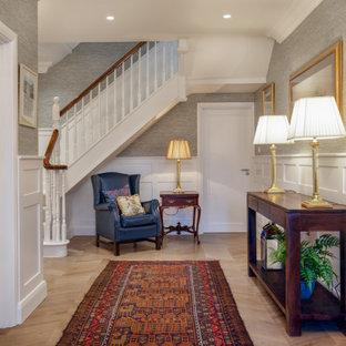 他の地域の広いトラディショナルスタイルのおしゃれな廊下 (グレーの壁、濃色無垢フローリング、茶色い床、羽目板の壁) の写真