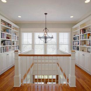 На фото: с высоким бюджетом большие коридоры в морском стиле с белыми стенами и паркетным полом среднего тона