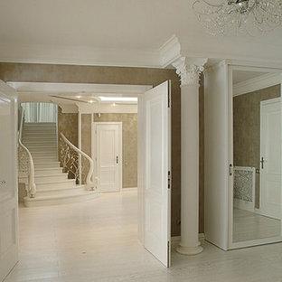 他の地域の広いトラディショナルスタイルのおしゃれな廊下 (グレーの壁、ラミネートの床、白い床) の写真