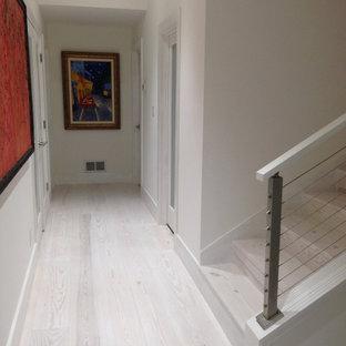 На фото: коридор в стиле шебби-шик с белым полом