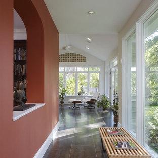 Выдающиеся фото от архитекторов и дизайнеров интерьера: коридор в современном стиле с оранжевыми стенами, полом из керамогранита и серым полом