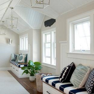 Idéer för en maritim hall, med beige väggar, mörkt trägolv och brunt golv