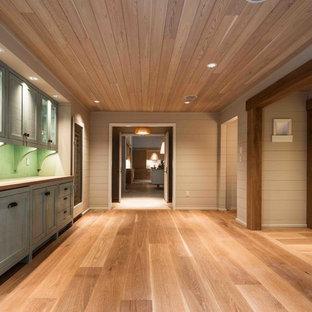 Inspiration för en stor funkis hall, med grå väggar och ljust trägolv