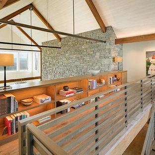 Diseño de recibidores y pasillos campestres con paredes blancas y suelo de madera en tonos medios