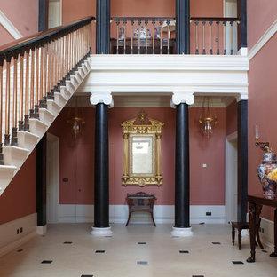 ロンドンの広いヴィクトリアン調のおしゃれな廊下 (ピンクの壁) の写真