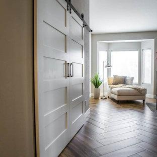 Diseño de recibidores y pasillos clásicos renovados, de tamaño medio, con paredes beige y suelo de madera clara