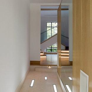 Idéer för en mellanstor modern hall, med vita väggar, klinkergolv i porslin och flerfärgat golv