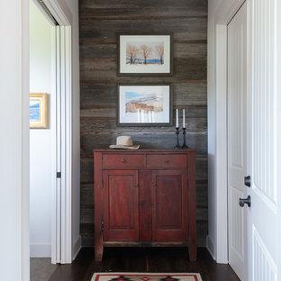 Idée de décoration pour un couloir sud-ouest américain de taille moyenne avec un mur blanc, un sol en bois foncé et un sol marron.