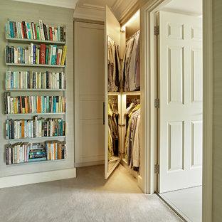 Réalisation d'un couloir design avec un mur beige, moquette et un sol beige.