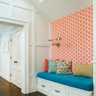 Réalisation d'un couloir tradition avec un mur multicolore et un sol en bois foncé.