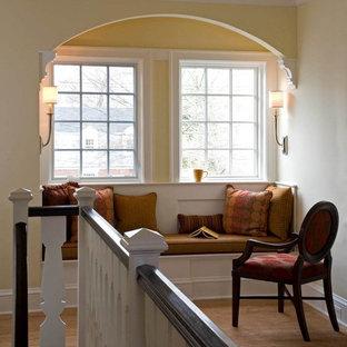 Идея дизайна: коридор в современном стиле с желтыми стенами