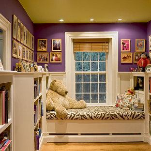 Cette photo montre un couloir chic avec un mur violet.
