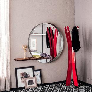 Idées déco pour un grand couloir éclectique avec un mur rose, moquette et un sol multicolore.