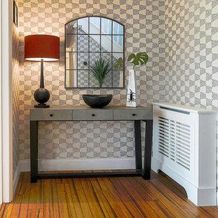 バッキンガムシャーの広いコンテンポラリースタイルのおしゃれな廊下 (青い壁、竹フローリング、茶色い床、壁紙) の写真