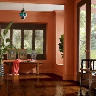 Неиссякаемый источник вдохновения для домашнего уюта: коридор среднего размера в морском стиле с оранжевыми стенами, темным паркетным полом и коричневым полом
