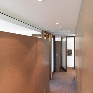 Bild på en liten funkis hall, med heltäckningsmatta