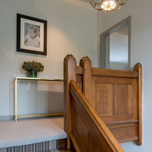 Esempio di un ingresso o corridoio american style con moquette