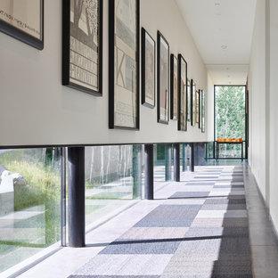 Idéer för funkis hallar, med vita väggar, heltäckningsmatta och grått golv