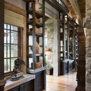 Inspiration för rustika hallar, med mellanmörkt trägolv