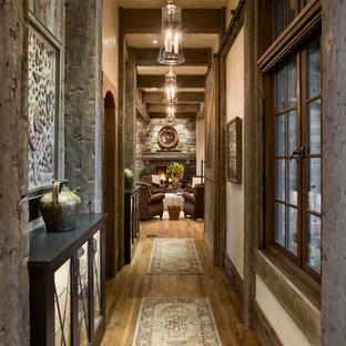 他の地域のラスティックスタイルのおしゃれな廊下 (ベージュの壁、濃色無垢フローリング) の写真