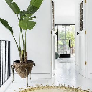 Свежая идея для дизайна: коридор среднего размера в скандинавском стиле с белыми стенами и деревянным полом - отличное фото интерьера