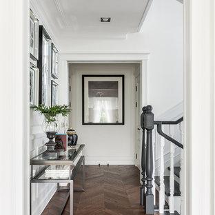 Свежая идея для дизайна: коридор в стиле неоклассика (современная классика) с белыми стенами, темным паркетным полом и коричневым полом - отличное фото интерьера