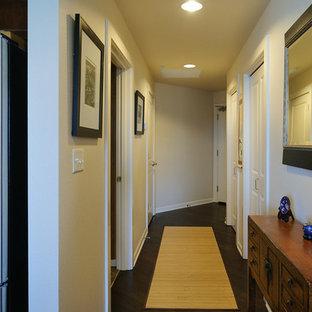 シアトルの小さいアジアンスタイルのおしゃれな廊下 (ベージュの壁、濃色無垢フローリング) の写真