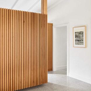 Idee per un ampio ingresso o corridoio moderno con pareti bianche, pavimento alla veneziana e pavimento bianco