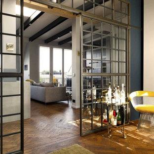 ベルリンの中サイズのエクレクティックスタイルのおしゃれなホームバー (濃色無垢フローリング) の写真