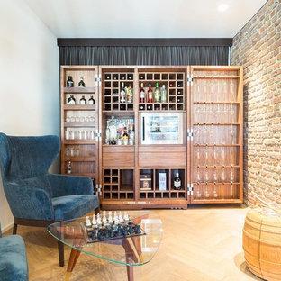 Kleine Retro Hausbar mit braunem Holzboden und braunem Boden in Köln