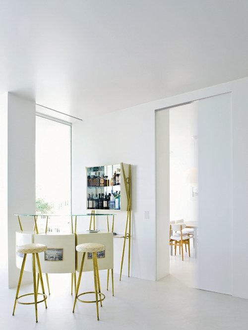 Einzeilige, Geräumige Moderne Hausbar Mit Bartheke, Verzierten Schränken,  Weißen Schränken, Glas