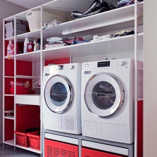 Inspiration för en mellanstor funkis linjär tvättstuga enbart för tvätt, med öppna hyllor, vita skåp, grå väggar, klinkergolv i terrakotta och grått golv