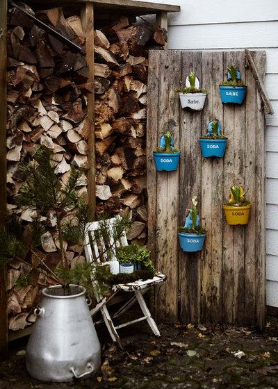 Shabby-chic Style Garden by Mia Mortensen Photography