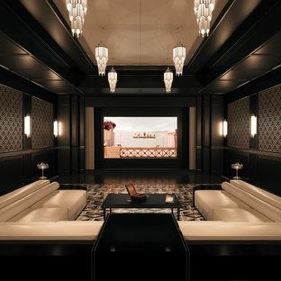 Immagine di un home theatre classico chiuso con pareti nere e pavimento nero