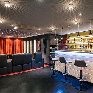 Idee per un grande home theatre contemporaneo aperto con pareti grigie, moquette e schermo di proiezione