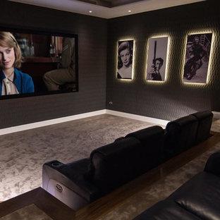 Diseño de cine en casa cerrado, contemporáneo, grande, con paredes negras, moqueta y pantalla de proyección