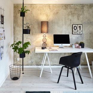 Пример оригинального дизайна: кабинет среднего размера в скандинавском стиле с белыми стенами, паркетным полом среднего тона и отдельно стоящим рабочим столом без камина