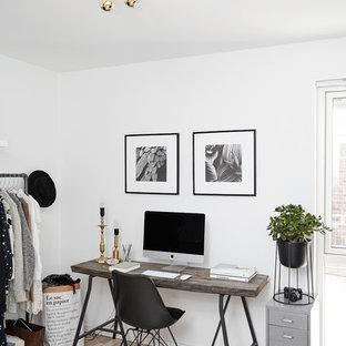 Создайте стильный интерьер: кабинет в скандинавском стиле с белыми стенами, светлым паркетным полом и отдельно стоящим рабочим столом без камина - последний тренд