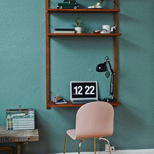 Exemple d'un petit bureau scandinave avec un mur vert, un sol en bois foncé et un bureau intégré.