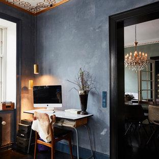 Inspiration för ett eklektiskt arbetsrum, med svarta väggar