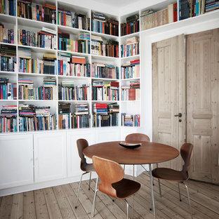 Idées déco pour un bureau scandinave de taille moyenne avec un sol en bois brun.