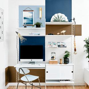 Immagine di un ufficio scandinavo di medie dimensioni con pareti multicolore, parquet chiaro, scrivania autoportante e nessun camino