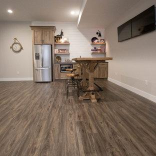 他の地域の広いトランジショナルスタイルのおしゃれなホームバー (クッションフロア、茶色い床、I型、アンダーカウンターシンク、落し込みパネル扉のキャビネット、茶色いキャビネット、御影石カウンター、白いキッチンパネル、塗装板のキッチンパネル、茶色いキッチンカウンター) の写真