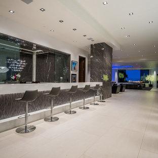 Foto di un ampio bancone bar moderno con lavello da incasso, nessun'anta, ante grigie, top in quarzo composito, paraspruzzi grigio, paraspruzzi in marmo, pavimento in gres porcellanato, pavimento bianco e top bianco