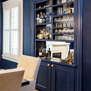 リッチモンドの小さいトラディショナルスタイルのおしゃれなホームバー (淡色無垢フローリング、I型、シンクなし、オープンシェルフ、青いキャビネット、ミラータイルのキッチンパネル、ベージュの床、青いキッチンカウンター) の写真
