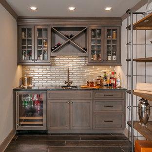 Ispirazione per un armadio bar classico con lavello sottopiano, ante di vetro, ante in legno bruno, paraspruzzi beige, parquet scuro e pavimento marrone