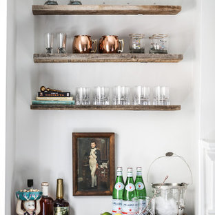 オースティンのトランジショナルスタイルのおしゃれなホームバー (I型、中間色木目調キャビネット、白いキッチンパネル、シンクなし、ソープストーンカウンター) の写真