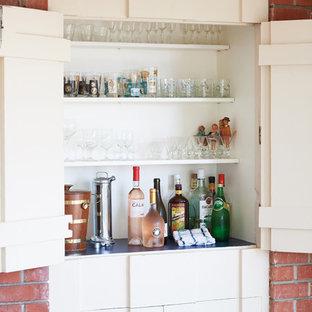 サンタバーバラの小さいミッドセンチュリースタイルのおしゃれなウェット バー (I型、シンクなし、家具調キャビネット、白いキャビネット、木材カウンター、白いキッチンパネル、木材のキッチンパネル、黒いキッチンカウンター) の写真